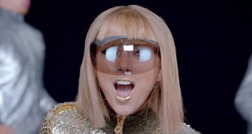 She S Hilarious The Best Celeb And Fan Reactions To Taylor Swift S Shake It Off Capital