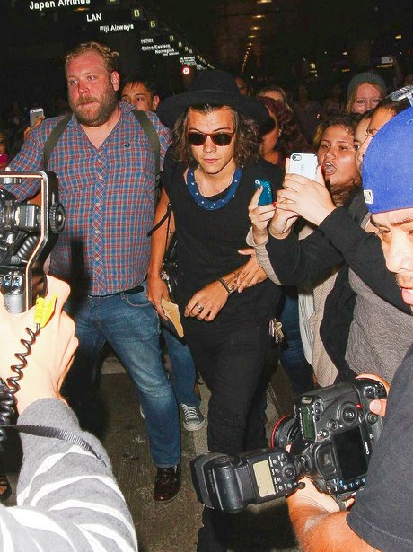 Harry Styles mobbed at the airport