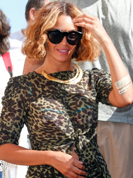 Beyonce holding her stomach