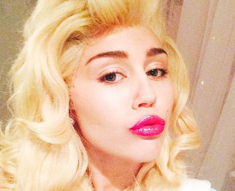 Miley Cyrus wearign a wig