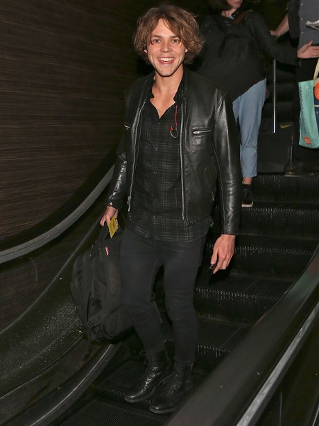 Ashton from 5SOS at the airiport