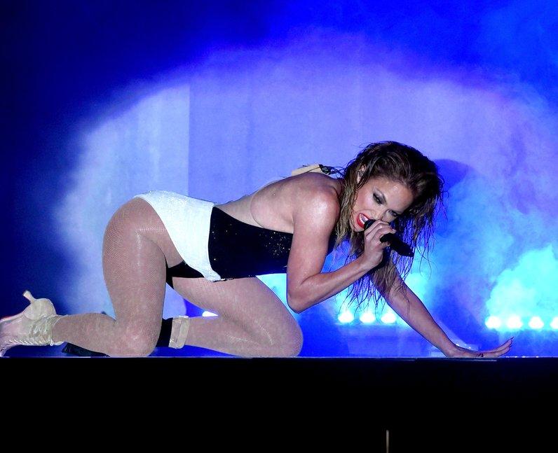 Jennifer Lopez on stage American Music Awards 2014