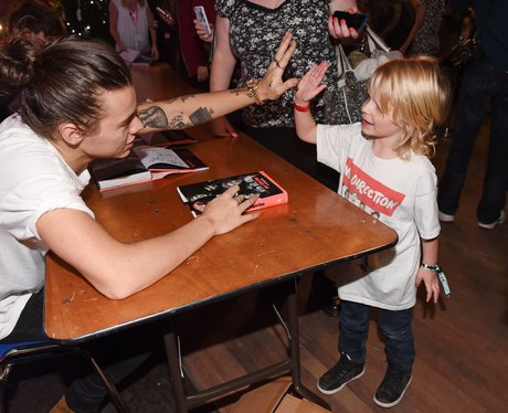 Harry Styles high fives a  Young Fan