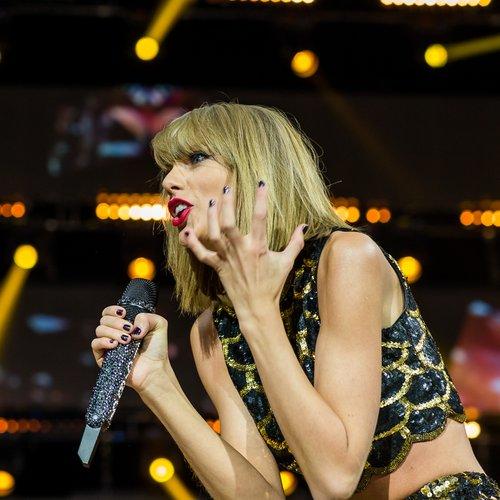 Taylor Swift jingle bell balll 2014 outfit fashion