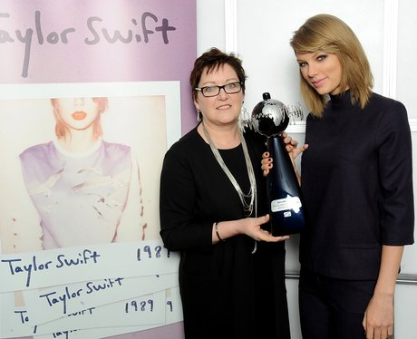 Taylor Swift presented with an award