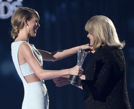Taylor Swift and Mum Country Music Awards 2015