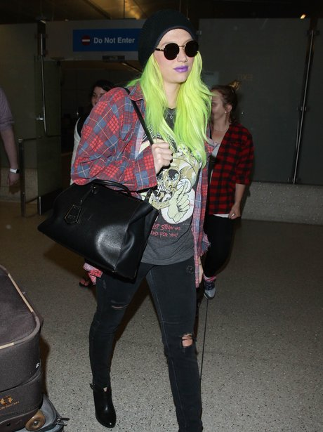 Kesha at the airport
