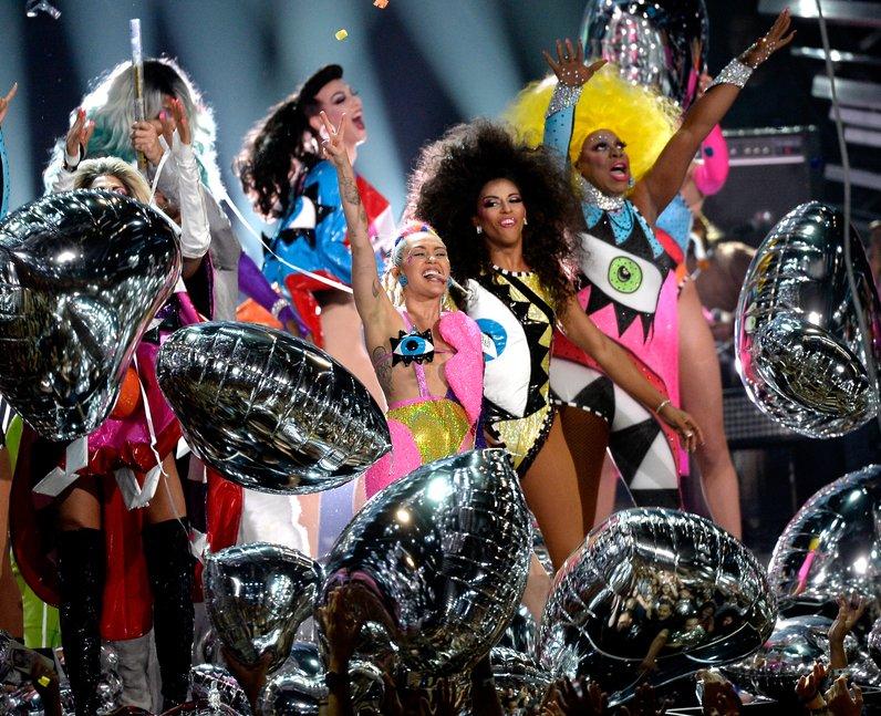 Miley Cyrus performs live at the 2015 MTV VMAs