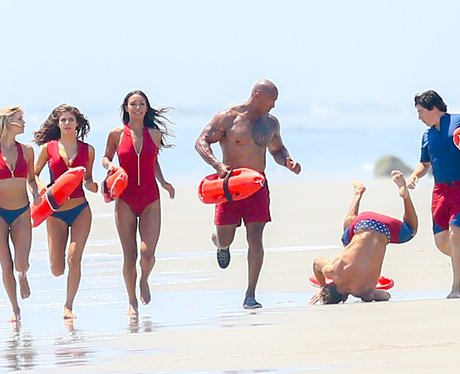 Zac Efron falls over on set of Baywatch