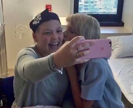 Taylor Swift visits patients in a children's hospi