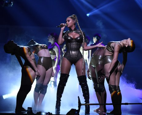 Beyonce pulls her earring out on stage but perform