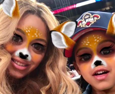Beyonce Snapchats a photo with Blue-Ivy and people