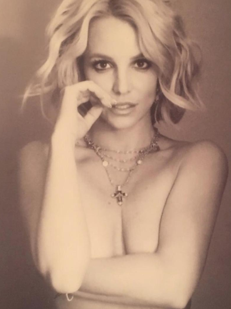Britney Spears poses naked on Instagram