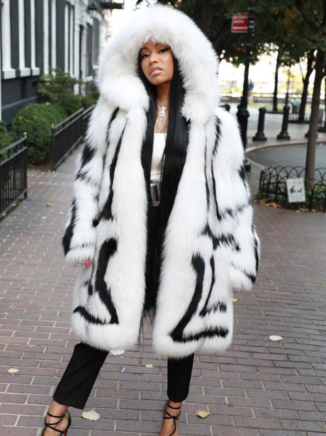 Nicki Minaj opts for faux fur cape for Oscar De La