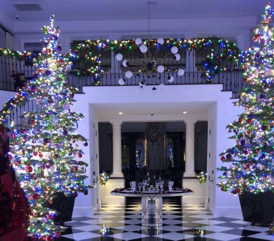 Kim Kardashian Unveiled Kris Jenner\'s Christmas Decorations And You ...