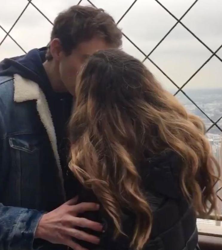 Eiffel tower kiss